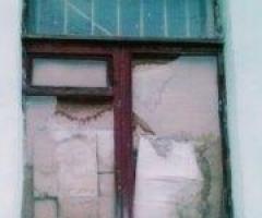 Стекла в перекошенных рамах просто  трескаются! Помогите нам заменить окна!