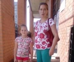 Лена Петрова с дочерью на лечение