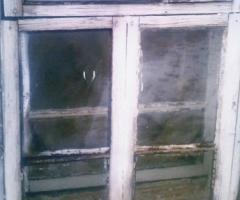 В окнах большие щели, из которых  очень дует!!!!