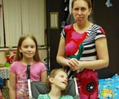 Лена П. с дочками Викой (инвалид) и Лизой