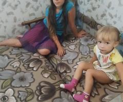 Малышка уже не может спать в люльке, она маленькая, а старшая дочь спит на диване. Гайдукова Е.А., одинокая мама