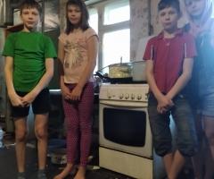 Просим Вас помочь нам в покупке газовой плиты, наша уже практически вышла из строя, работают только две конфорки, духовка вообще не работает!!! Попкова Л.И., 4 детей