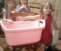 Девочки моются в ванночке пластмассовой, она уже им маленькая. Тетерина Г. В., 5 детей.