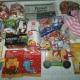 Новогодние подарки, игрушки, чай, какао, кексы, ананасы, паста шоколадная, попкорн, печень трески, горошек зеленый