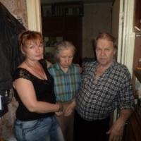Соседи и друзья Тамары Александровны с сотрудницей фонда Татьяной