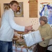 ...и дарит подарки от фонда