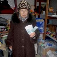 Римма Григорьевна с подарком