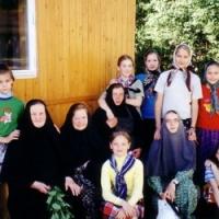 Сестры монастыря  с воспитанницами приюта